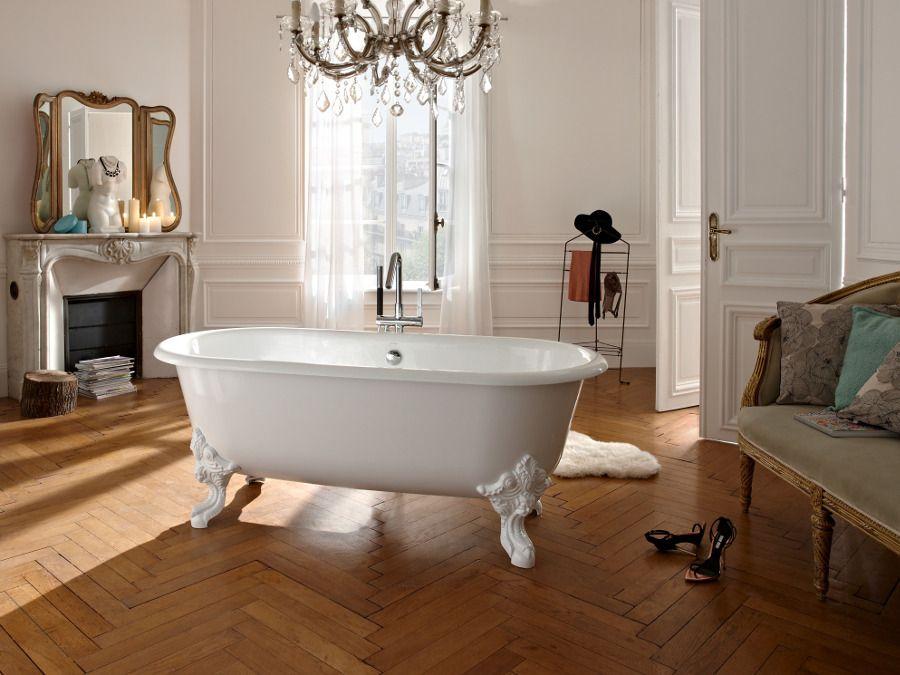 Une baignoire en fonte dans une salle de bains à la française