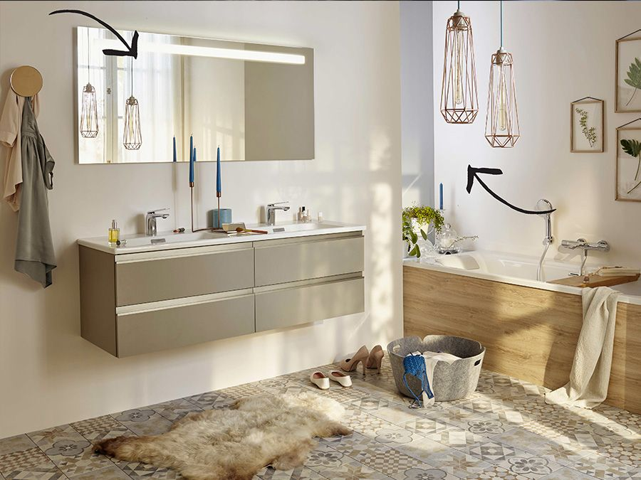 Une salle de bain avec lumière d'éclairage
