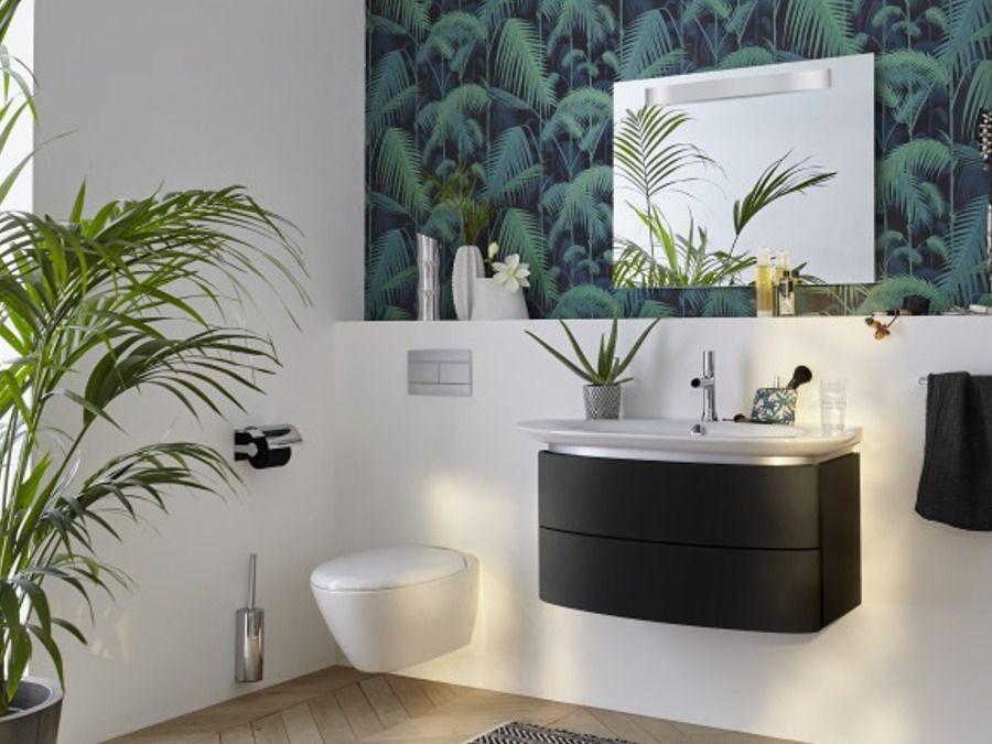 Mur décoré avec du papier peint fleurs et des plantes