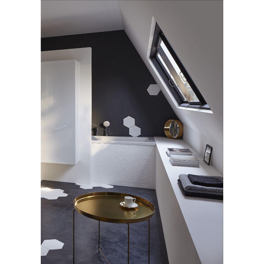 Salle de bains avec fenêtre sous les toits
