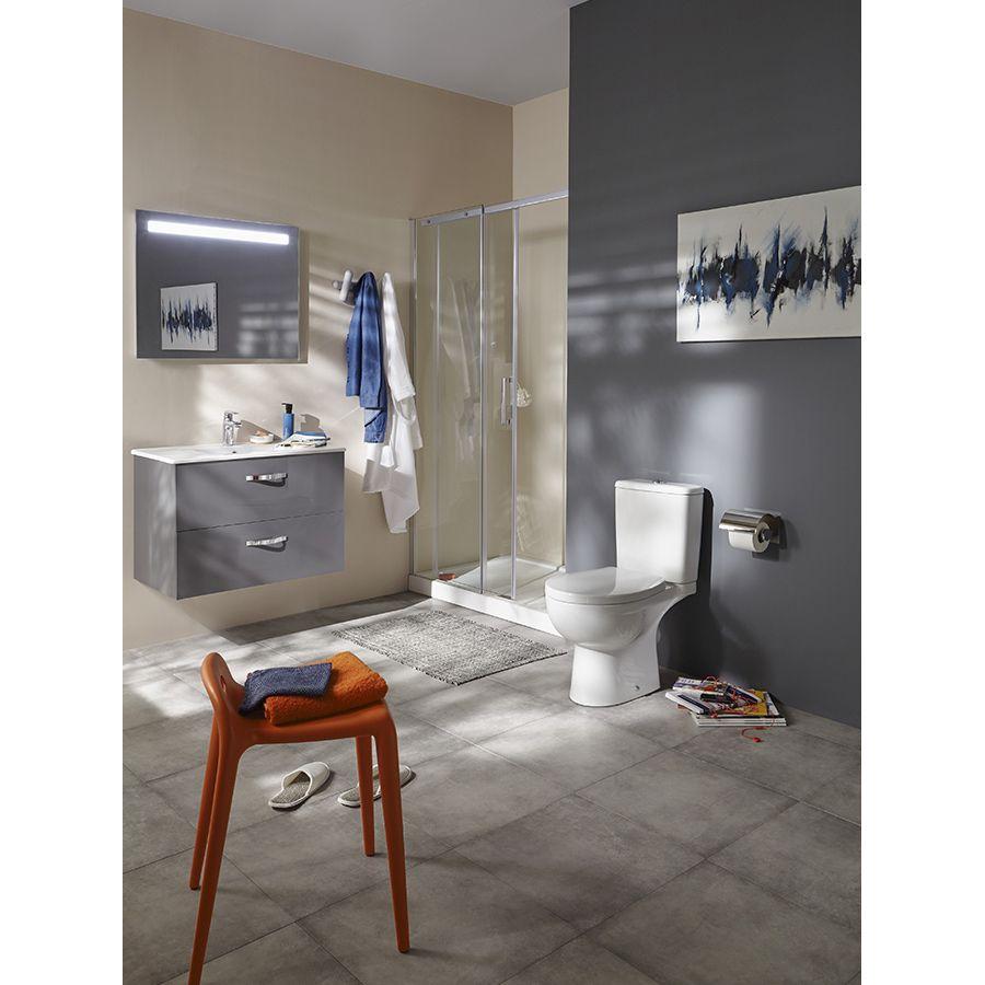 Une salle de bains aux tons gris et bleu avec un tabouret orange