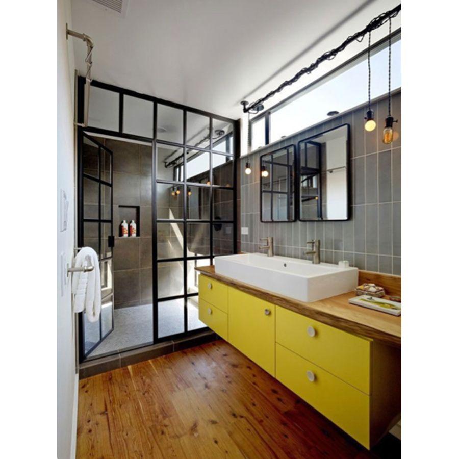 Salle de bains jaune au style industriel