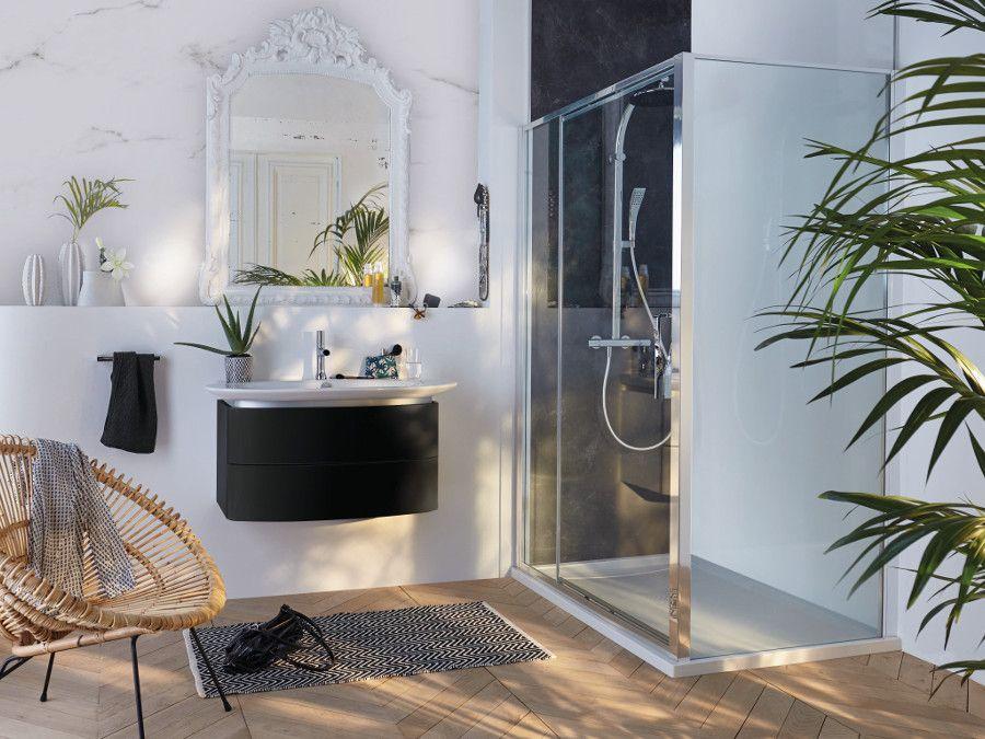 Une salle de bains de luxe avec un mur blanc en marbre