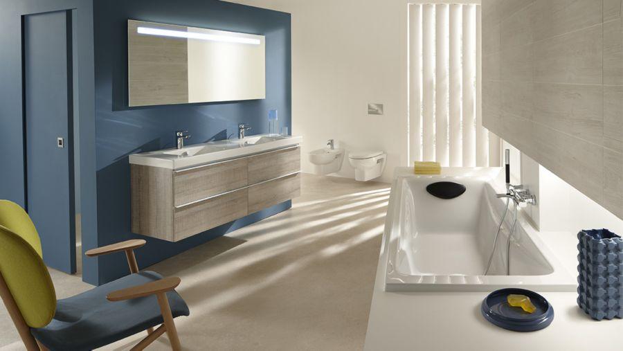 Une salle de bains ouverte aux tons bois et bleu