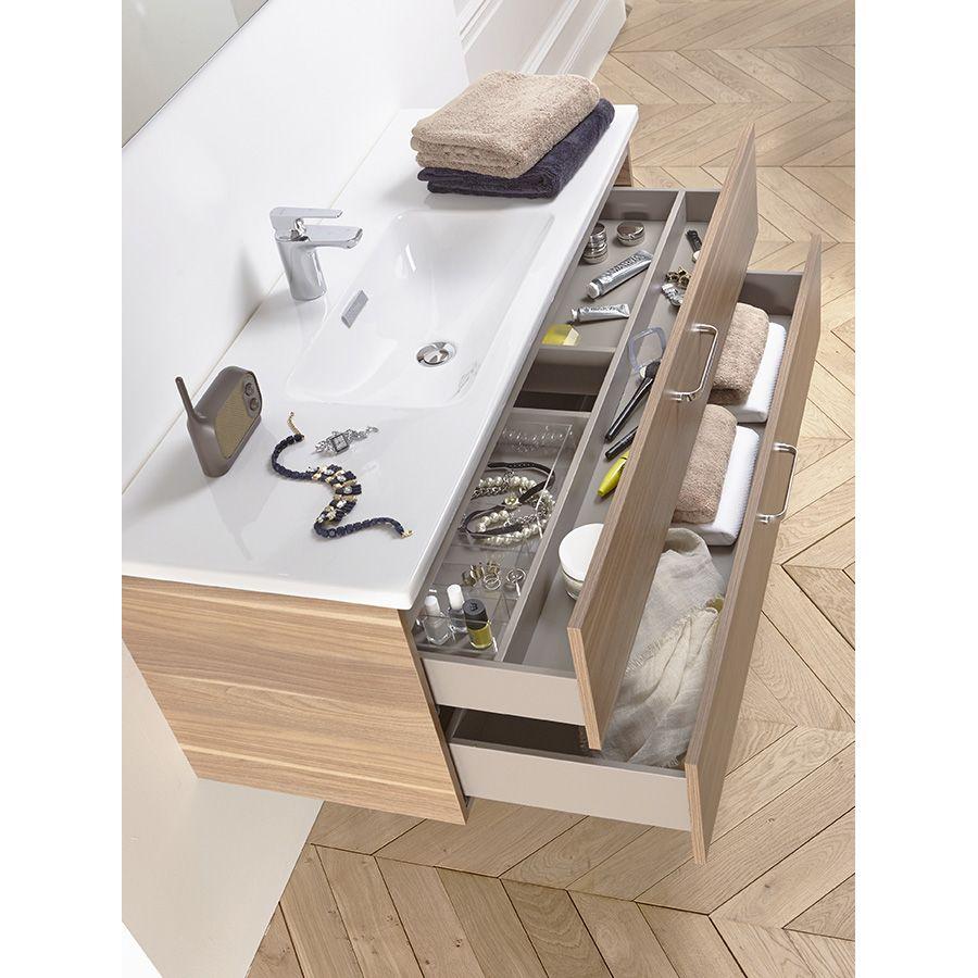 Rangement de l'intérieur d'un meuble de salle de bains effet bois