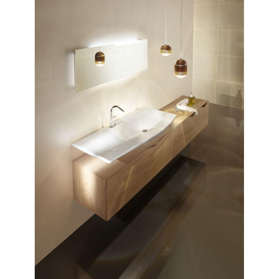 Une vasque blanche fine avec miroir et meuble de rangement en bois