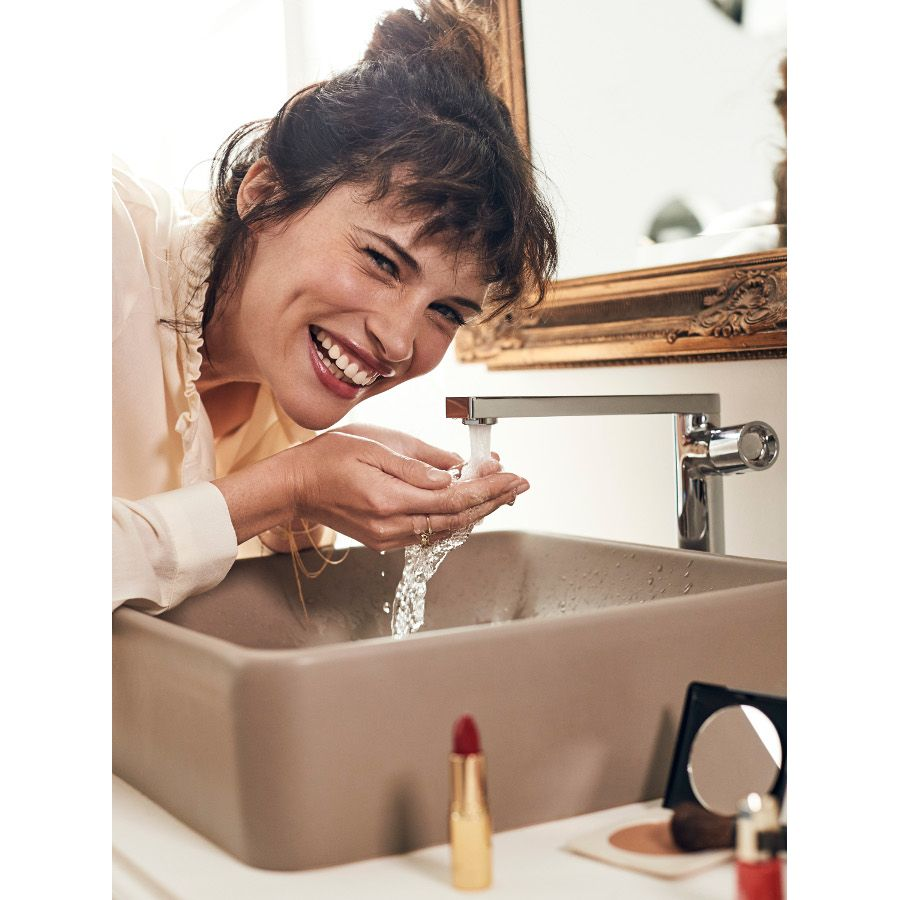 Une femme devant sa vasque à poser