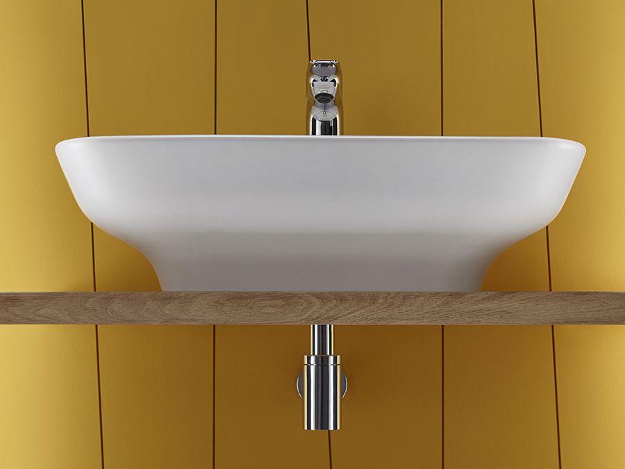 Une vasque dans une salle de bains de couleur jaune