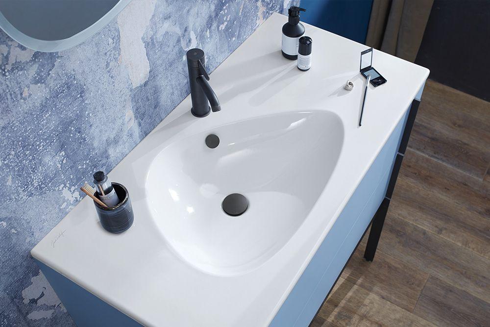 L'ensemble meuble, plan-vasque et la robinetterie au style industriel