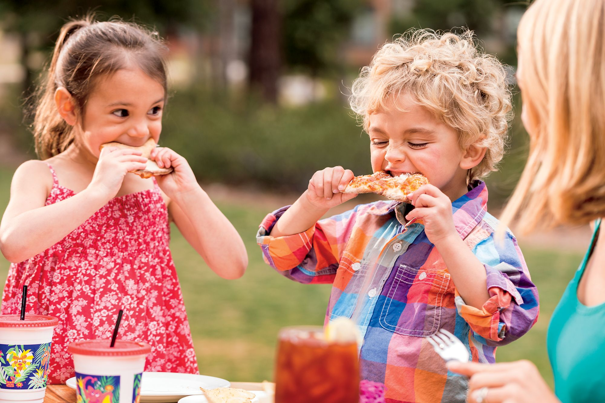 Kids eating together at an outdoor table