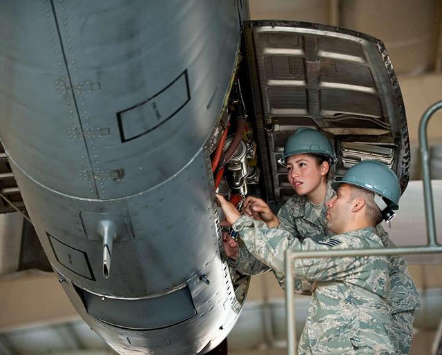 Airmen fixing plane
